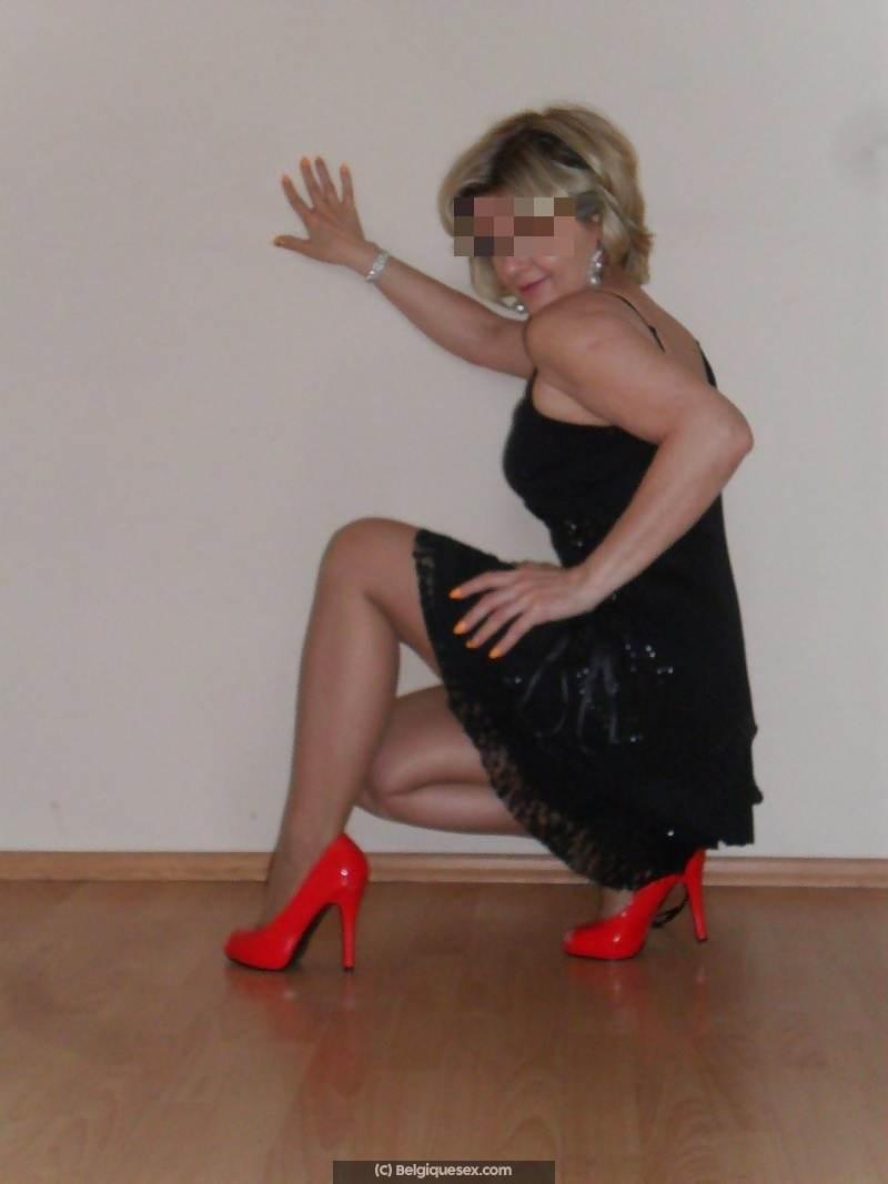 jolie femme blonde 45 ans qui a envie d'escapades sexuelles